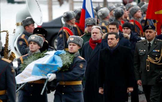 El mandatario acudió a la Tumba del Soldado Desconocido en Moscú en una de sus primeras acciones en el país.