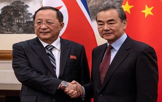 """Tras su reunión con Wang Yi (d), Ri Yong Ho (i) aseguró que Pionyang espera construir """"la confianza mutua requerida"""" con EE.UU. y """"moverse en la misma dirección"""""""
