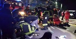 Equipos de bomberos realizan labores de rescate tras la estampida en el club nocturno italiano.