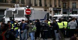 Policía francesa retiene a manifestantes en París.
