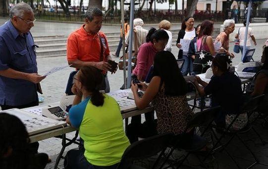 Ciudadanos venezolanos se aprestan para ejercer su derecho al voto en las elecciones municipales.