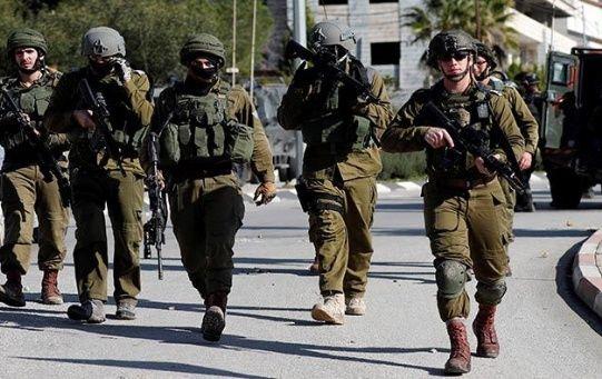 Soldados israelíes siguen en la búsqueda de presuntos atacantes palestinos.