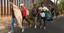 Supuestos camarógrafos habrían incentivado al grupo de migrantes a intentar el cruce fronterizo.