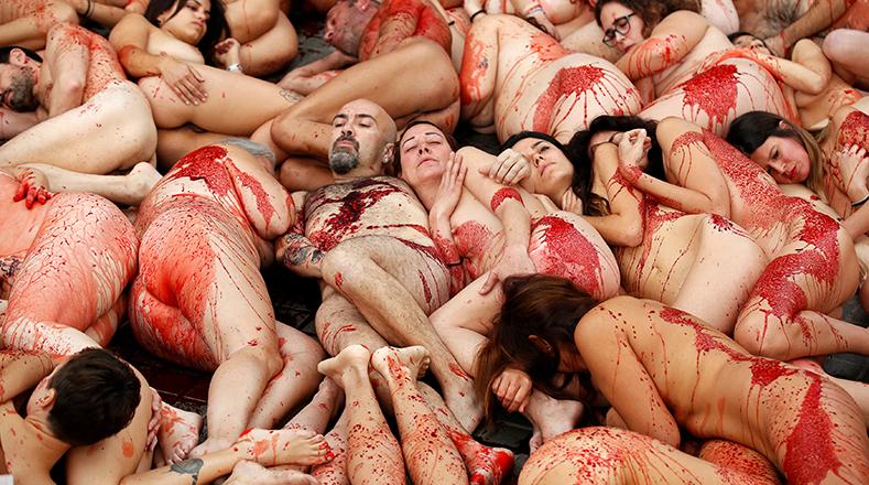 Unos cincuenta activistas animalistas de Anima Naturalis protestaron este domingo en la Plaza Cataluña de Barcelona.
