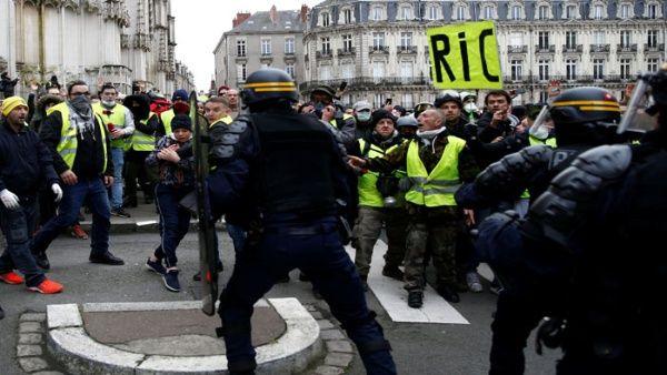 Las protestas de los chalecos amarillos continúan pese a que el Gobierno suspendió de forma definitiva los impuestos al combustible.