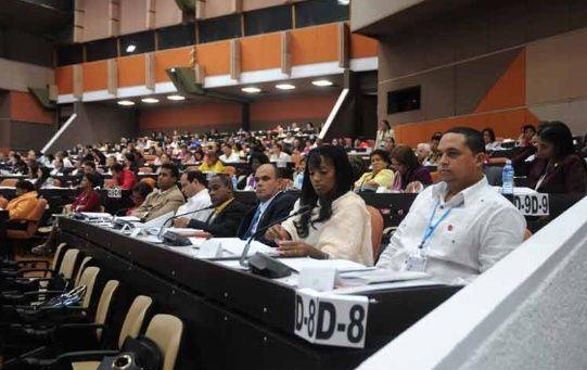 Tras la revisión, los parlamentarios presentes apoyaron el contenido de la carta magna.