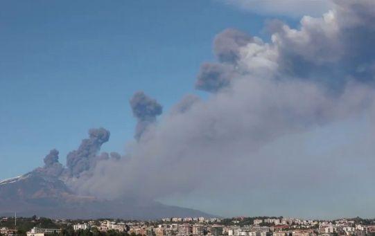 """""""Es la primera erupción lateral en más de 10 años, pero no parece ser peligrosa"""", explicó Boris Behncke, un vulcanólogo del INGV."""
