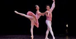 El Ballet Nacional de Cuba interpetrata el lago de los cisnes en conmemoración de la Revolución Cubana.