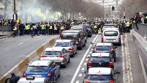 Chalecos amarillos protestan contra la política económica del gobierno belga.