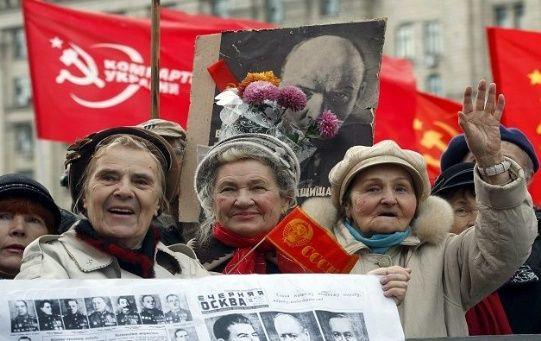 La Revolución de Octubre ocurrió el 7 de noviembre de 1917 y la creación de la URSS el 28 de diciembre de 1922.