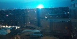 La explosión eléctrica ilumino de azul la noche de Nueva York.