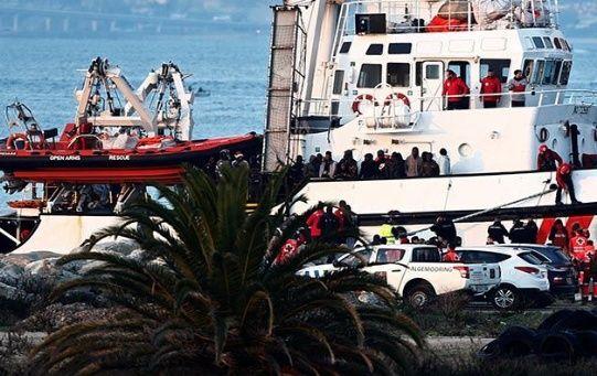 El grupo de refugiados serán atendidos por funcionarios de la Cruz Roja.