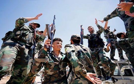 Militares sirios celebran la toma de la ciudad de Manjib, en el norte de Siria, donde izaron la bandera nacional en defensa de la soberanía.