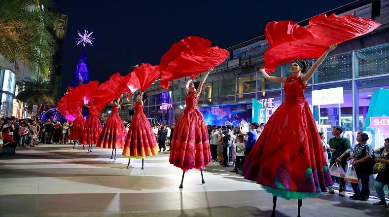 Algunas naciones apuestan a los fuegos artificiales para recibir el año nuevo, pero Tailandia apostó por el arte y el talento humano. La ciudad de Bangkok se vistió de fantasía y colorido este último día de 2018.