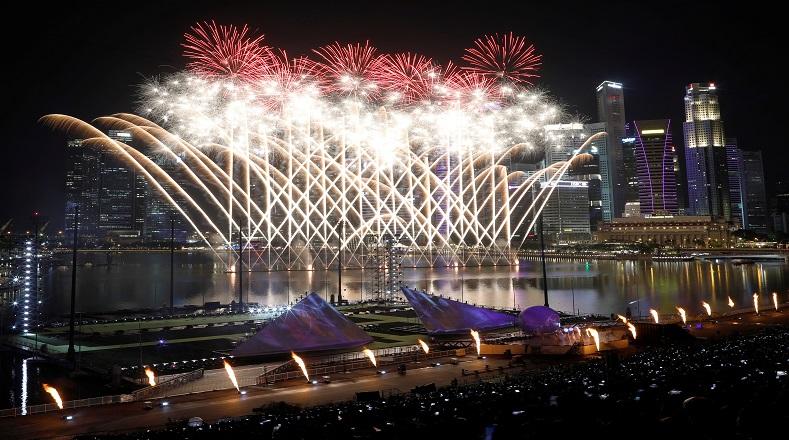 El puerto de Marina Bay en Singapur se lució con una impresionante gama de fuegos artificiales que deleitó a los miles de visitantes que estuvieron presentes en este evento.
