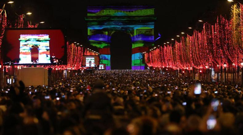 Franceses recibieron el año en el Arco del Triunfo y en los Campos Elíseos de París.