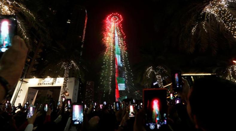 El edificio más alto en Dubai, Burj Khalifah, se iluminó marcando las 12 de la noche.