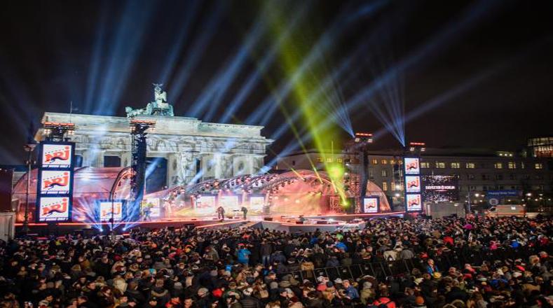 En la Puerta de Brandenburgo se reunieron los alemanes para recibir el año nuevo.