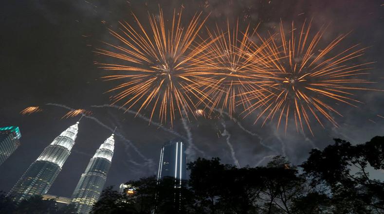 Las Torres Gemelas Petronas iluminadas para la llegada del año nuevo en Kuala Lumpur, Malasia.
