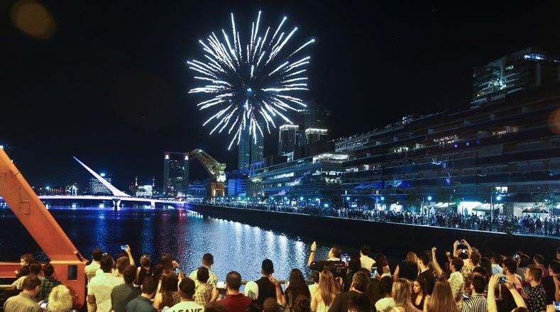 Argentinas celebran la llegada del 2019 en la zona de Puerto Madero.