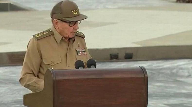 """""""Nos sentimos profundamente satisfechos, felices al ver cómo las nuevas generaciones asumen la misión de construir el socialismo"""", destacó Raúl Castro."""