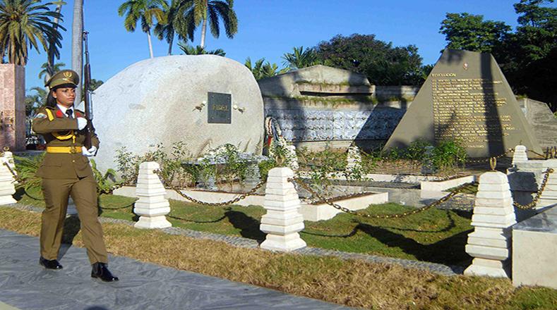 En el Cementerio Patrimonial Santa Ifigenia están emplazados los mausoleos de Fidel Castro, José Martí, y otros próceres cubanos.