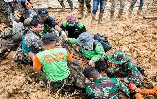 Rescatitas recuperan el cadáver de una de las víctimas del deslizamiento de tierra en la isla de Java.