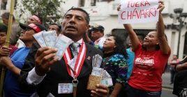 Los manifestantes marcharon por las calles de Lima (capital) hasta la sede del Ministerio Público para exigir la renuncia del fiscal de la Nación.