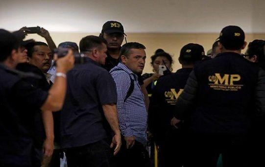 El funcionario de la Cicig abandona el aeropuerto de ciudad de Guatemala.