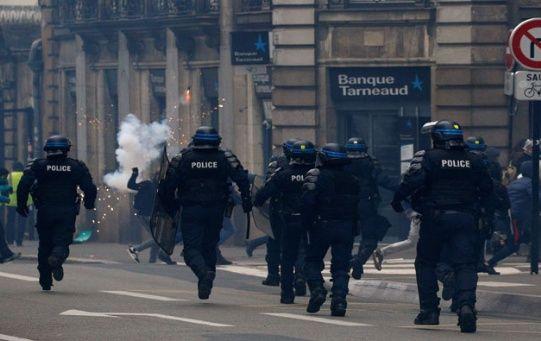Las represiones de la Policía francesa contra los chalecos amarillos han dejado más de diez muertos, cientos de heridos y más de 4.000 detenidos.