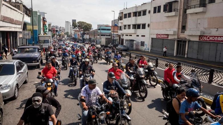 Cientos de revolucionarios recorrieron las calles del oeste de la capital de Venezuela, gritando consignas en apoyoa Nicolás Maduro.