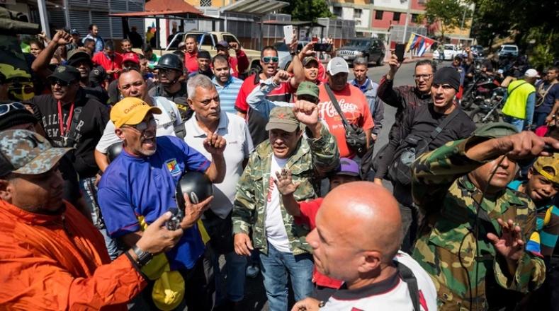 """Uno de los dirigentes presentes en la concentración, Jorge Navas, afirmó que el pueblo está dispuesto a defender la Revolución con el """"fusil en la mano"""" y en """"cualquier escenario""""."""