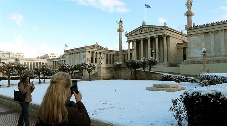 La Academia de Atenas quedó cubierta por la densa nieve, producto de la ola de frío en afectó al país esta semana.