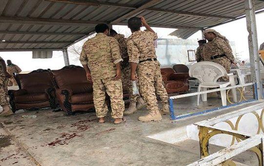 Militares yemeníes revisan el lugar del atentado.