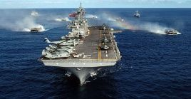La nave de asalto anfibio USS Kearsarge encabeza el grupo de buques que se dirige a las costas de Siria.