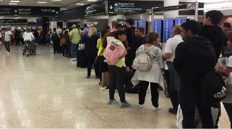 """Una consecuencia indirecta del cierre de Gobierno ha sido las largas colas generadas en los aeropuertos, como en la terminal internacional de Miami. Algunos empleados, como los agentes de seguridad, son considerados esenciales por lo que son llamados a trabajar sin paga. Sin embargo, estos han protestado con faltas por """"situaciones médicas""""."""
