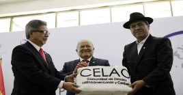 El presidente salvadoreño, Salvador Sánchez Cerén, entregó la presidencia pro témpore de la Celac alcanciller de Bolivia, Diego Pary.