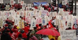 Profesores de al menos 900 colegios se movilizaron en la ciudad de Los Ángeles.