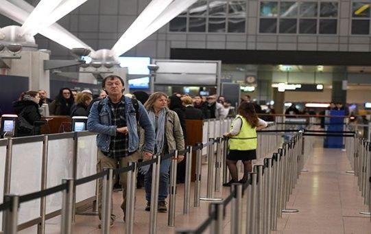 Los pasajeros se ven imposibilitados de viajar tras la cancelación de sus vuelos.