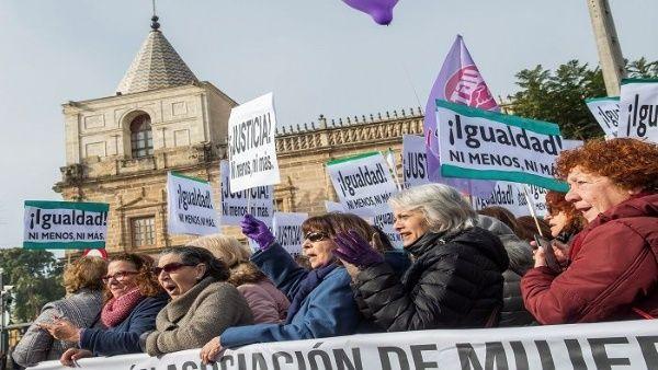 Las féminas denuncian la violación a la igualdad de género y la violencia contra las mujeres por los partidos que apoyan a Juanma Moreno.