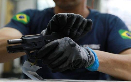 El decreto sobre la tenencia de armas reformaría las regulaciones para la poseer un arma de fuego en Brasil.