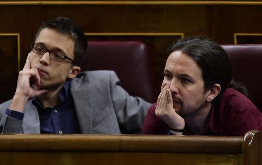 """Iglesias (d) criticó las """"maniobras"""" de Errejón (i) y lamentó que Podemos llegue a su quinto aniversario en plena batalla interna."""