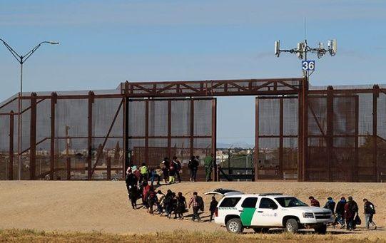 Policía fronteriza de EEUU envía a migrantes a México.