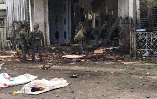 Según los informes policiales, la primera bomba estalló en la catedral del Monte Carmelo en la isla sureña de Joló, mientras la segunda explosión ocurrió fuera del recinto.