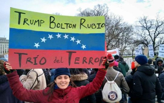 Los manifestantes corearon consignas a favor de la democracia en Venezuela y rechazaron la maniobra injerencista que lidera el Gobierno estadounidense contra el país.