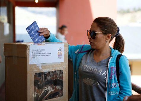 Son 7.387 las mesas funcionando en 3.751 recintos dispuestos para recibir a los militantes de los nueve partidos bolivianos que ejercen su voto hoy.