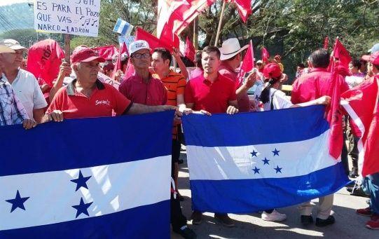Los principales accesos a los diferentes ejes carreteros, fueron militarizados, en varias zonas de Honduras, al tiempo que las manifestaciones fueron reprimidas.