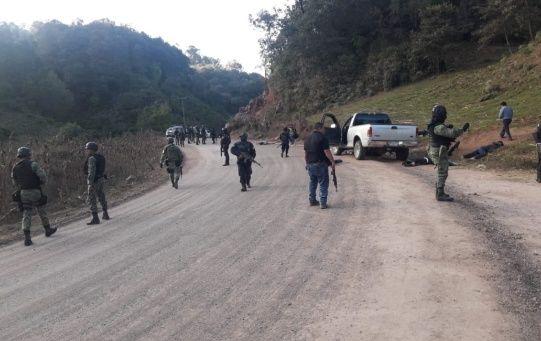 En el sitio del enfrentamiento, la Policía del estado de Guerrero encontró dos camionetas con múltiples impactos de armas de fuego y en su interior varias personas muertas.