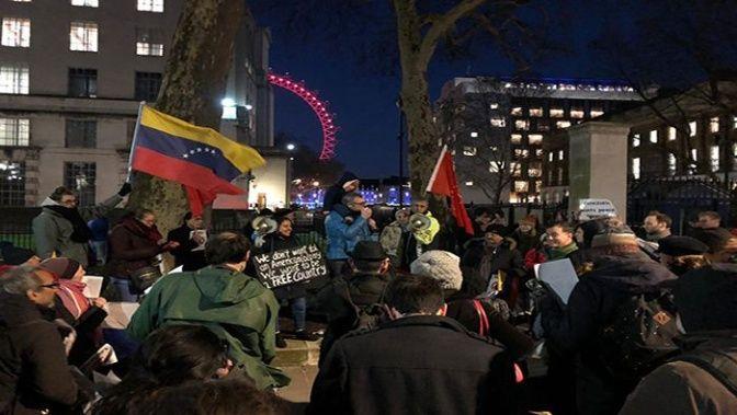 Ciudadanos se movilizan en Londres en rechazo al plan injerencista de EE.UU.