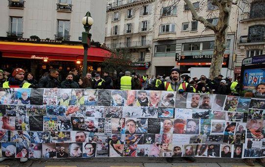 Chalecos amarillos condenan la represión policial durante manifestaciones en Francia.